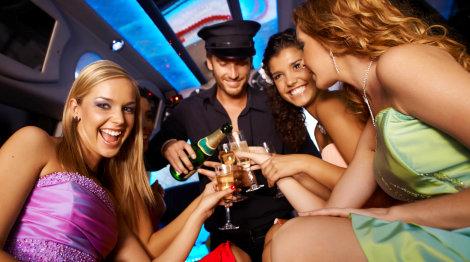 girls dringking champagne